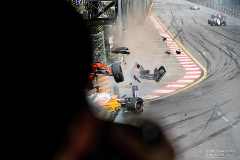 Tai nạn hi hữu tại giải đua xe Grand Prix F3: bóng hồng cán nát khu báo chí | 50mm Vietnam